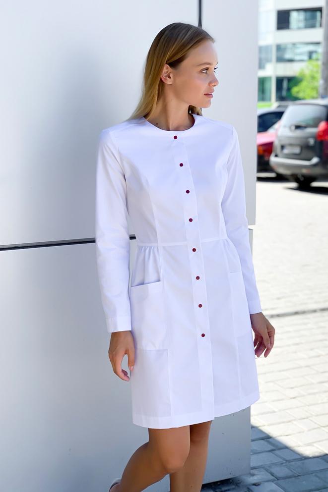 Белый халат на пуговицах после отбеливания